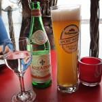 Das Alkoholfreie Weißbier kostet 3,20, das Fläschen Wasser 3,90 Euro.