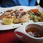 Calamari alla Griglia mit Kartoffeln und Gemüse.