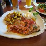 Holzfäller Steak vom Schweinenacken an Jus, mit Speckstreifen, Meerrettich und Bratkartoffeln