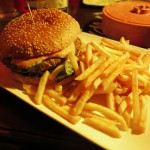 Cheeseburger mit Pommes im El Diablo Gauting