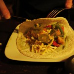 Die Fajitas kommen in einer heißen Gusspfanne mit Zwiebeln, Paprika und einer Fajitamarinade gebraten.