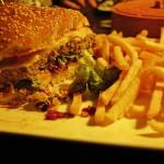 Sehr lecker, der Cheeseburger mit Pommes im El Diablo Gauting