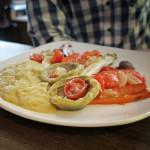 Piatto Vegetale Della Stagione – geschmorte Artischockenböden mit Salmoriglio, Kichererbsenpüree und Gemüse vom Grill