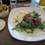 Tagliata di Manzo, gegrillte Streifen aus der Oberschale von Nebraska US Prime Beef. Angerichtet mit Knoblauch, Rosmarin, zerlassener Butter und Parmesan auf Rucola-Salat.