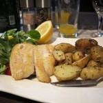 St. Petersfisch mit Bratkartoffeln und Salat.
