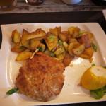 Cordon Bleu von der Schweinelende mit Bratkartoffeln.