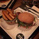 Hamburgerei: Cheeseburger mit Senf-Gurken-Chutney