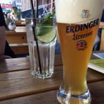 Alkoholfreies Weißbier und ein Durstlöscher Minze-Hollunderblüte