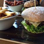 Burger Käse & Speck mit Fritten im Hans im Glück Isarpost.