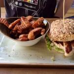 Henne-Burger mit Mehrkornbrötchen und Süßkartoffel-Fritten