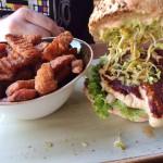 Henne-Burger mit Hähnchenbrust, Avocado Creme, Orangen-Senf-Soße & Sprossen