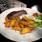Angussteak (200 gr) mit Country Potatoes und Kräuterbutter