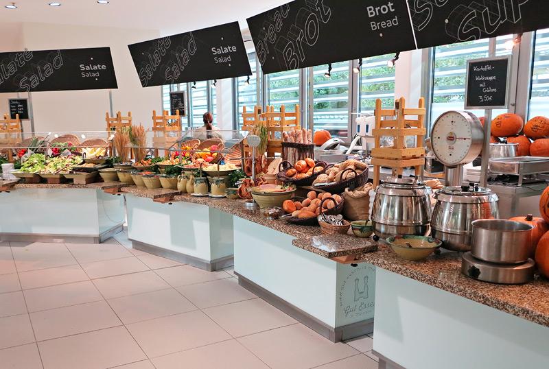 Das Buffet beginnt mit einer Salatbar, über selbstgebackenes Brot und reicht bis hin zu Suppen und saisonalen Gerichten.
