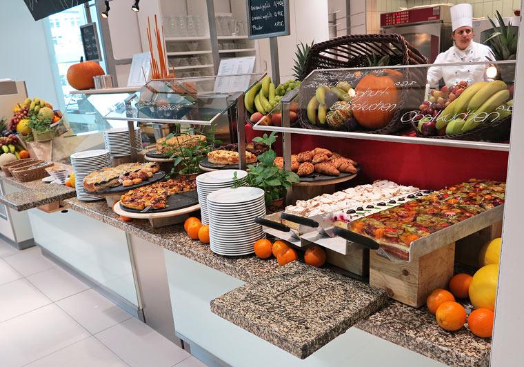 Das Nachtischbuffet mit zig verschiedenen Kuchen und Leckereien aus der Pâtisserie.