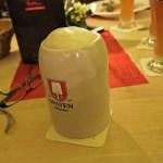 Dunkles Bier im SteinDunkel vom Fass im Steinkrugkrug