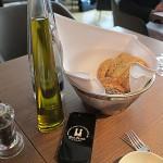Zum Brot gibt es Olivenöl aus Kreta