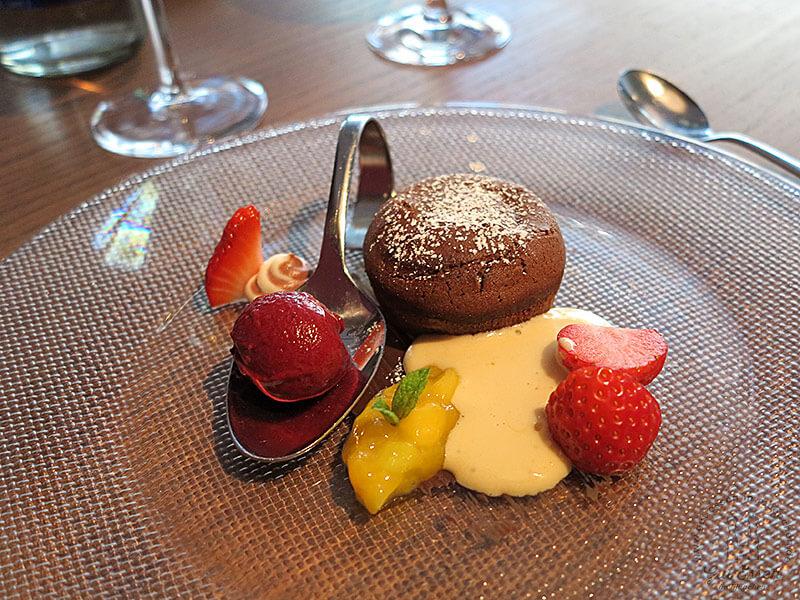 Halbgebackenes Schokoladenfondant, Heidelbeersorbet & Marsalasabayone mit Mango