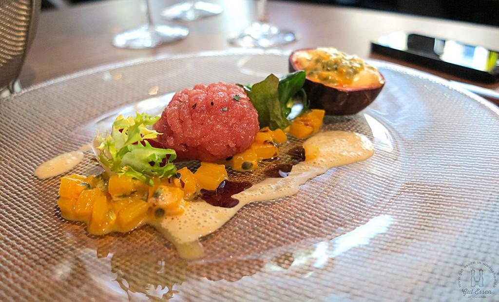 Thunfischtatar mit Relish von geschmorter gelber Paprika und Passionsfrucht