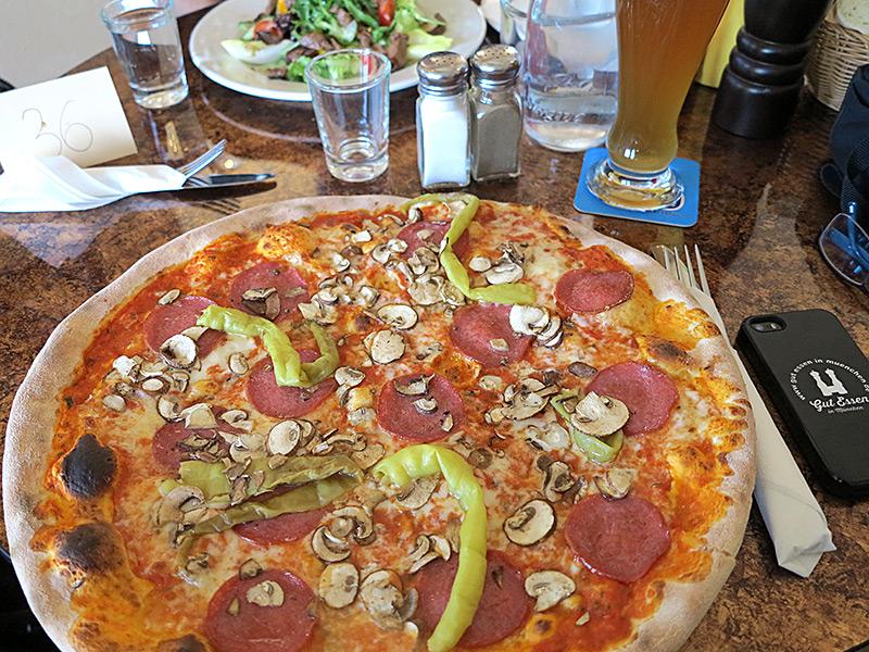 Riesenpizza im Osteria Restaurant in Hadern