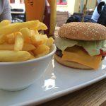 Burger Roma mit Pommes (10,80 Euro)