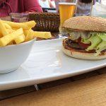 Großer Burger Roma mit Pommes (13,80 Euro)