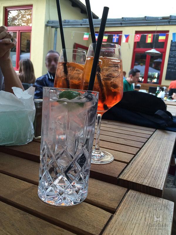 Gin Tonic, mit Hendrick's Gin (9,80 Euro) und Aperoal Spritz (5,50 Euro)