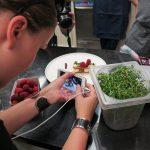 Food-Blogger im einsatz: zubereiten und gleichzeitig fotografieren