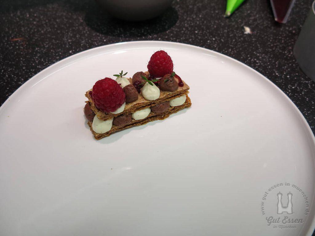 Millefeuille mit Schokoladen- und Vanillecreme mit frischen Himbeeren