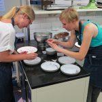 Anita, Das Münchener Kindl und Sabine, Pastamaniac, verzieren die Teller