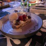 Unsere Millefeuille wird mit einer Kugel Cheesecake-Eis von Bartu serviert.