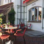 Es sitzt sich gemütlich auf der Terrasse vor dem Cafe vor Ort