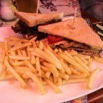 Club Sandwich mit Pute, Speck und Pommes Frites (16,80 Euro)