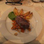 Steak mit Wurzelgemüse und Kartoffelschnitten