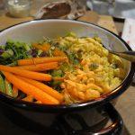 Beilagen im Topf: Spätzle, Baby-Möhrchen und Gemüse