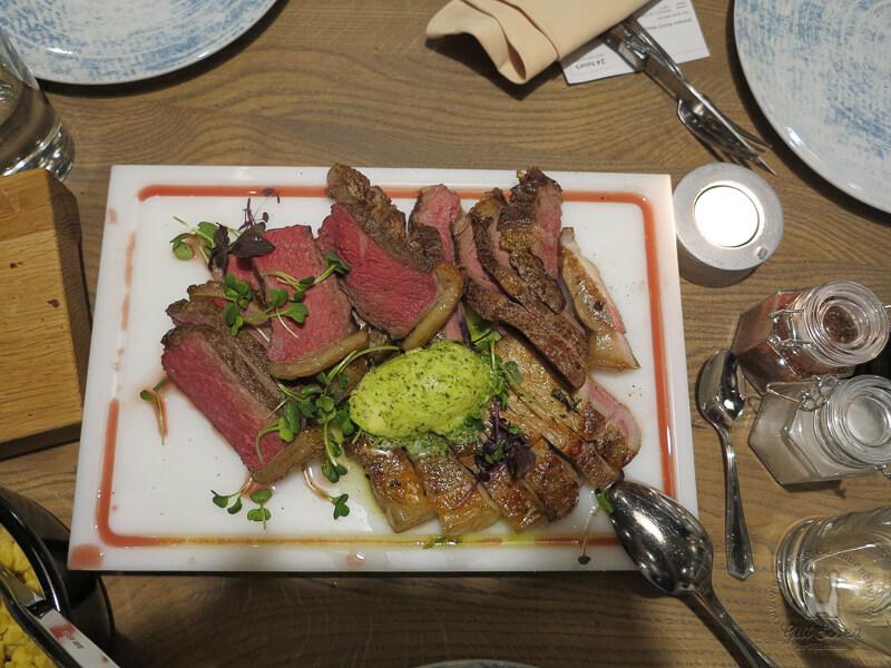Das Fleisch kommt normalerweise ungeschnitten auf den Tisch