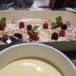 »Apfel Crumble«-Kuchen mit Weißwein-Vanille Zabaione