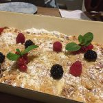 »Apfel Crumble«-Kuchen (6 Euro/Stück)