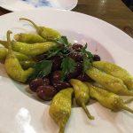 Vorspeise: Oliven und Peperoni für 4,50 Euro