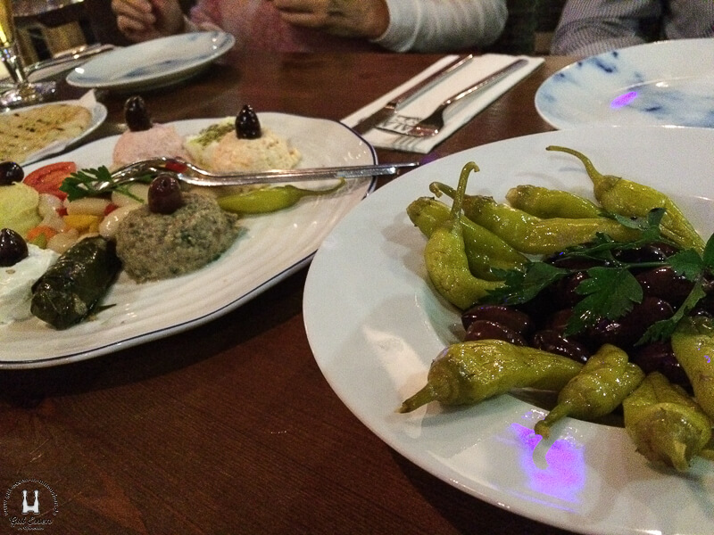Vorspeisenplatte Pikilia mit Oliven und Peperoni