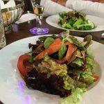 Der gemischte Salat kommt mit fast allen Hauptgerichten