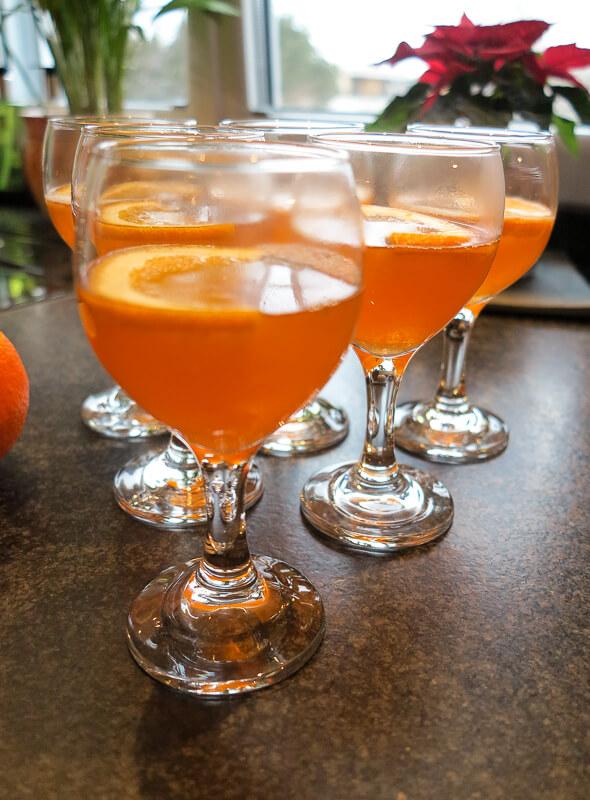 Warmer Aperol Spritz, serviert in einem langstieligen Weinglas