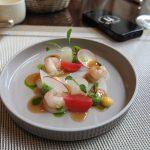 Der Gruß aus der Küche: Flusskrebse auf Radieschen