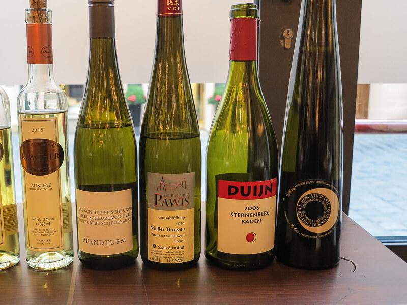 Die Weinbegleitung kostet je nach Anzahl der Gänge 35, 40 bzw. 50 Euro.