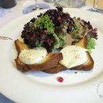 Ziegenkäse auf Weißbrot mit Blattsalat