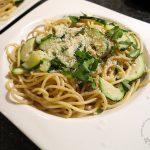 Spaghetti mit Zucchini und einer leichten Knoblauch-Kräuter-Soße und Parmesan