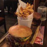Schmeckt: Cheeseburger mit Pommes