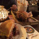 Beef Burger mit Pommes und fehlendem Coleslaw