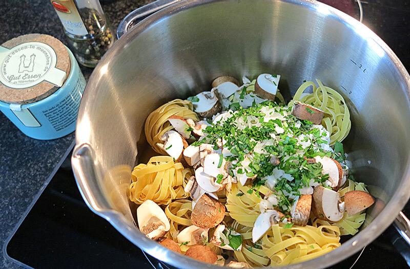 One-Pot-Pasta: Alle Zutaten in einen Topf geben, aufkochen und bei stetigem Rühren knapp 10 Minuten köcheln lassen
