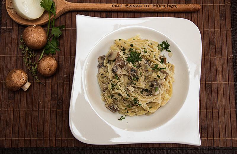 One-Pot-Pasta-Rezept: Tagliatelle mit Egerlingen / Bandnudeln mit braunen Champignon