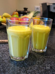 Spicy-Orange-Smoothie mit Mango, Orange, Karotte und Kokosmilch